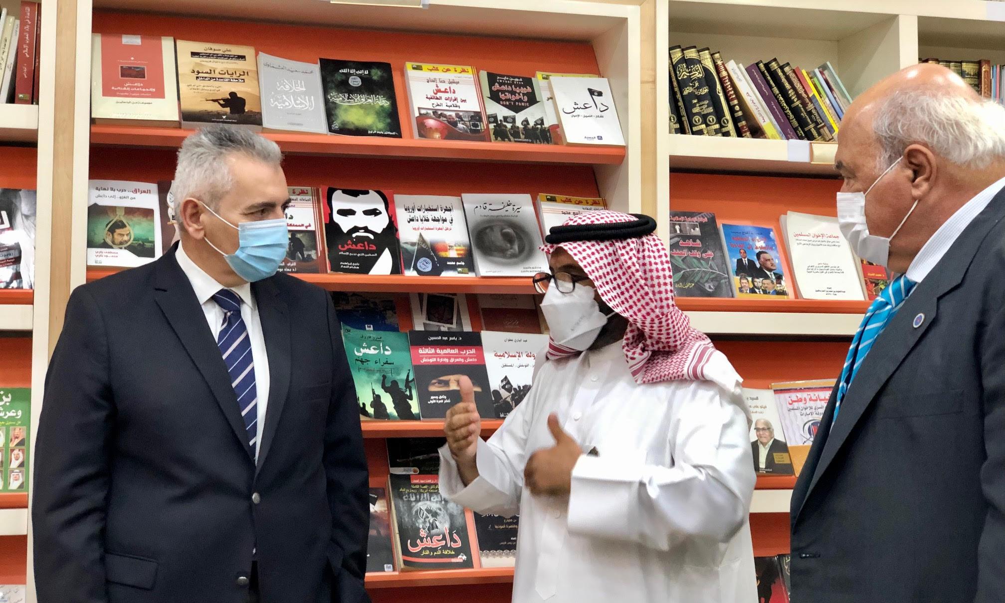Στη βιβλιοθήκη του Intellectual Warfare Center έχουν συγκεντρωθεί εκδόσεις που παραποιούν τα διδάγματα του Ισλάμ και προάγουν τον φονταμενταλισμό.